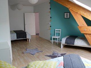 Grande chambre avec lit queensize (160x200 cm) et 2 lits simples (90x200 cm)