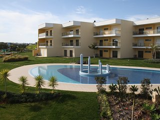 Beautiful 1 bed Apartment, sleeps 4 overlooking Pool area in Albufeira Marina
