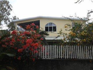 Villa standing avec jardin.