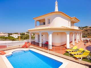 Villa CHRIS, Beautiful villa with pool, WiFi, AC, games room, close to beach, Albufeira