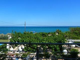 Casa con jardin en primera linea de playa y vistas al mar