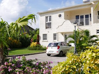 Golden acre is 230 meters (3 minute walk) from Alleynes beach on Barbados west coast.