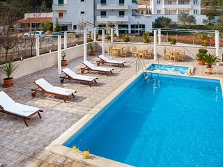La Perla Apartman 2 with indoor and outdoor pool and jacuzzi, Sutivan