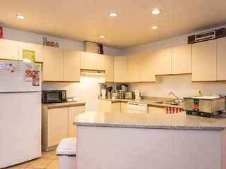 Executive Style Apartment (3 Bedrooms, 2 bathrooms, Full Equipped Kitchen, Wifi)