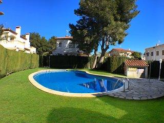 C44 RIOJA adosado con jardín, barbacoa y piscina, L'Hospitalet de l'Infant