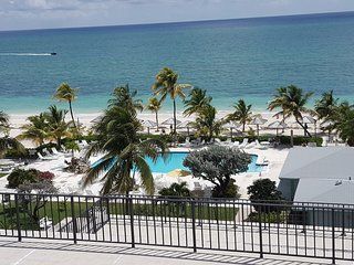 Newly renovated oceanfront condo with huge terrace sleeps 4, Freeport