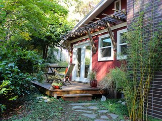 Charming Cottage with Hot Tub and Chickens! - Great for Families, Bainbridge Island