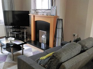 Conveniently located House With off road parking - sleeps 6, Hinckley