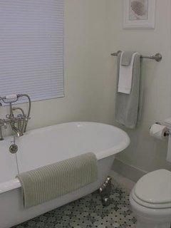 Main bath w/claw foot tub