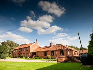 Highfields Lodge sleeps 23 with indoor pool, indoor hot tub, sauna & steam., Diss