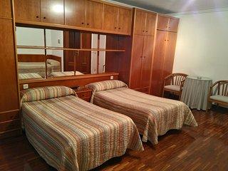 Habitacion grande con dos o mas camas y bano privado