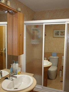 Baño completo del dormitorio principal. Con ducha de hidromasaje.
