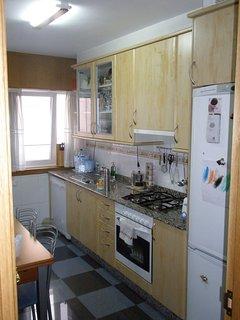Cocina con todos los electrodomésticos - vista 1.