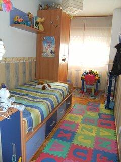 Dormitorio 2. Actualmente con literas tipo tren y mesa de estudio.