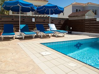 Villa Oceana - Modern 2 Bedroom Villa with Pool - FREE WiFi - Close to Beaches