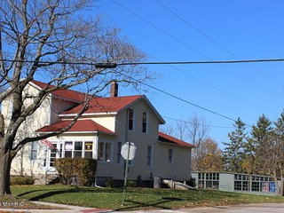 Big Neighborhood Home near Golf, Beach and Downtown, Manistee