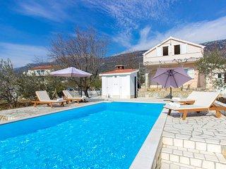 Green garden villa with pool, Kastel Luksic