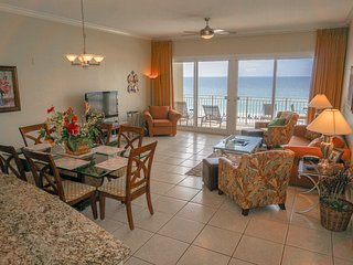Beachfront - RENOVATED 3BR/2BA -Free Beach Service