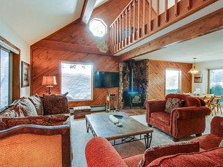 Roomy mountain cabin w/ shared pool, hot tub, & more - on-site golf course, too!
