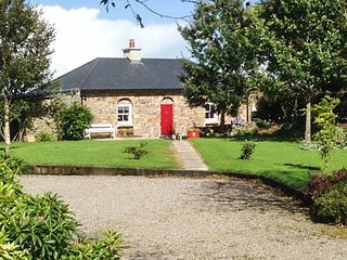 ROSE COTTAGE, open plan, tranquil, easy access to amenities, near Youghal, Ref
