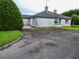 ARDVARNA, all ground floor, pet-friendly, lawned garden, Ballaghaderreen, Ref 94