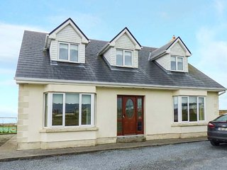 FOLAN COTTAGE, detached cottage, Jacuzzi bath, ample parking, isolated postion, Carna