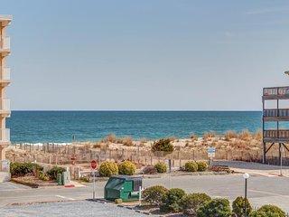 Seaside beach escape with peak-a-boo ocean views - walk to beach!