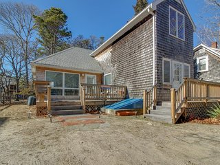 Bright home w/ deck, walk to town, close to East Chop, Inkwell & other beaches!