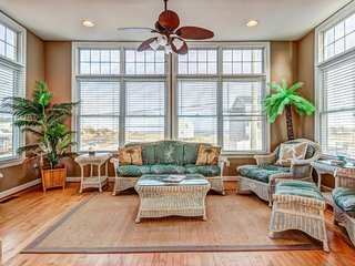 Three-story bayview home w/ screened-in balcony on canal