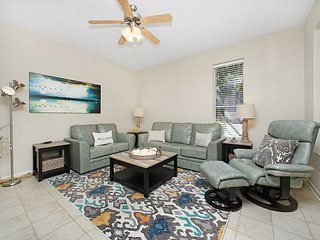 PET FRIENDLY 2BR FOR 6! CLOSE TO THE BEACH! GREAT DECOR! OPEN FOR SUMMER!, Destin