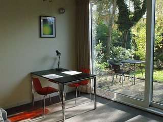 PRIVATE UNIT WITH A GARDEN AND FREE PARKING, Amsterdam