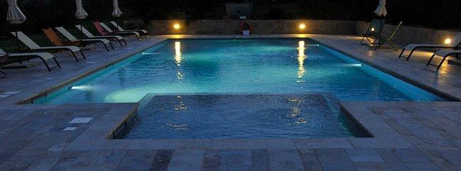 swimmingpool in the night !