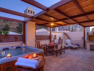 Villa Euphoria,private roof garden jacuzzi with sea view!, Maroulas