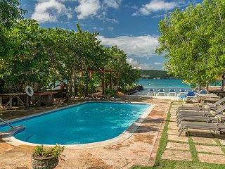 Coral Cove on the Beach - Ideal for Couples and Families, Beautiful Pool and Beach, Discovery Bay