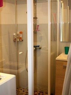 SDB neuve avec douche italienne et machine à laver.