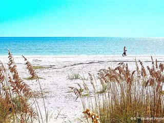 Casa Bella 'B' - 1 Bed / 1 Bath Condo - Sleeps 2 - STEPS TO THE BEACH