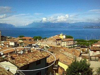 Appartamento silenzioso, vista eccezionale lago e castello, terrazza panoramica