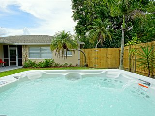 Sunny, bright rental! Cute, Modern, and in walking distance to the Beach Trolley, Fort Myers