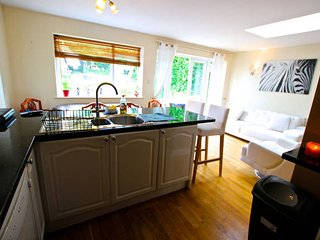 Private double room in 5 bed house, Marston