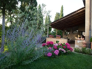 Villa Elena is a wonderful villa for a group of 12, strategically located to exp
