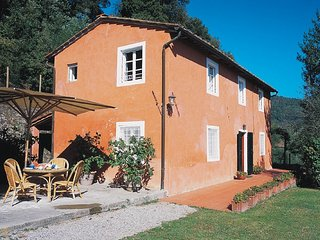 This wonderful house for 6 in the hills of Lucca, with three bedrooms, bright co