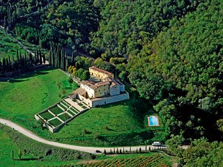 This fantastic villa  in the heart of the beautiful Chianti countryside, between