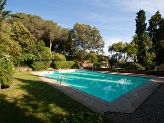 This lovely villa near Cortona can accommodate up to 10 people. It has a swimmin