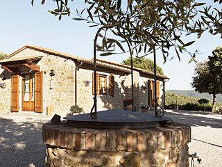 This villa in Cortona's countryside sleeps up to 4 people. It is fully equipped