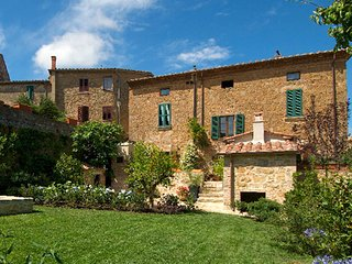 This magnificent villa, located in the heart of the beautiful Val d'Orcia, is pe