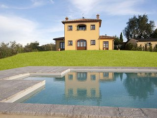 A classic Tuscan villa for 8 in the heart of the Valdichiana near Cortona and Ar