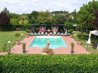 This fabulous villa in Arezzo is ideal for a large family vacation, a special ce