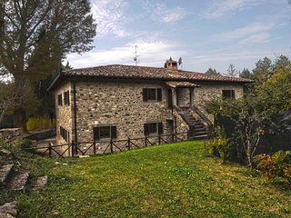 This pleasant country house near Arezzo for 14 people bears all of the hallmarks