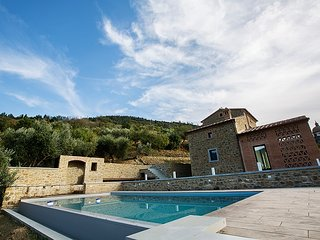 Located in Cortona, this fabulous villa offers a fabulous swimming pool, a fully