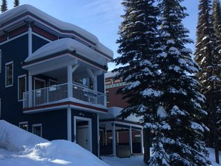 Timberwolf Chalet - 4 Bedrooms in Best Ski in / out Location with Superb View